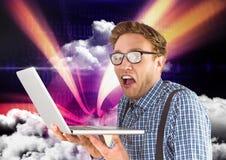 拿着膝上型计算机的人反对天空在背景中 库存照片