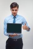 拿着膝上型计算机的商人反对白色背景 免版税库存图片