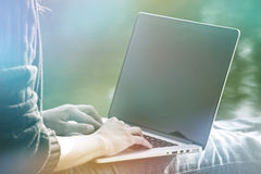 拿着膝上型计算机的女孩手 免版税库存照片