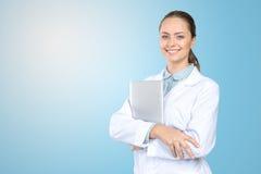 拿着膝上型计算机的妇女医生 库存图片