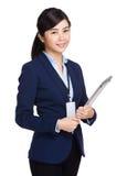 拿着膝上型计算机的微笑的年轻女实业家 库存照片