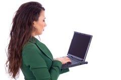 拿着膝上型计算机的美丽的年轻女实业家 库存图片