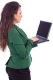 拿着膝上型计算机的美丽的年轻女实业家 免版税库存图片