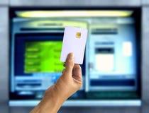 拿着自动取款机卡的手 免版税库存图片
