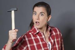 拿着自卫或DIY的震惊30s妇女锤子 免版税图库摄影