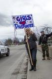 拿着自由集会的妇女标志 库存图片