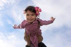 拿着航空的父亲女儿 免版税库存照片