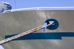 拿着船的停泊绳索在码头 免版税库存照片