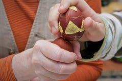 拿着色的鸡蛋的手 免版税库存图片