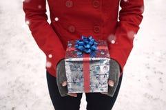 拿着节日礼物的手 图库摄影