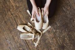 拿着芭蕾pointe的跳芭蕾舞者 库存照片