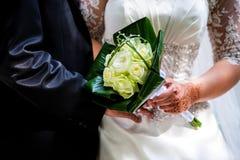 拿着花束的婚礼夫妇 免版税库存图片