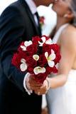 拿着花束的婚礼夫妇 库存图片