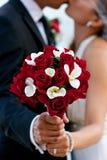 拿着花束的婚礼夫妇 免版税图库摄影