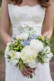 拿着花束的新娘 免版税库存照片