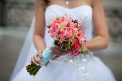 拿着花束的新娘 免版税库存图片
