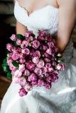 拿着花束的白色婚礼礼服的新娘 库存图片