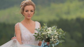 拿着花束的美丽的年轻新娘 影视素材