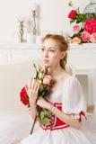 拿着花的俏丽的芭蕾舞女演员 库存照片