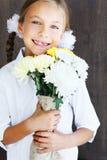 拿着花的孩子 图库摄影