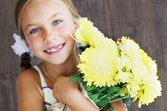 拿着花的孩子 免版税库存图片