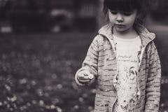 拿着花的小女孩 库存图片