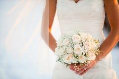 拿着花的白色花束新娘 免版税图库摄影