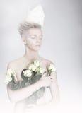 拿着花的花束作白日梦的人 库存照片