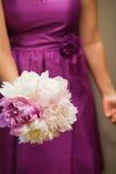 拿着花的花束女傧相 免版税图库摄影