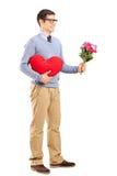 拿着花的花束浪漫人 免版税库存照片
