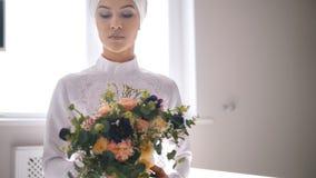 拿着花的花束美丽的回教新娘在手上 股票录像
