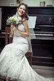 拿着花的花束年轻美丽的新娘。 免版税库存图片
