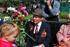 拿着花的退役军人的画象 免版税库存图片
