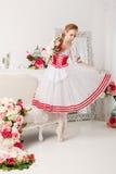 拿着花的逗人喜爱的芭蕾舞女演员 库存照片