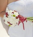 拿着花诗句的新娘 免版税库存图片