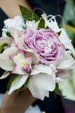拿着英国兰开斯特家族族徽花束的新娘 免版税库存照片