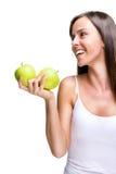 拿着苹果的健康吃可爱的妇女,当笑时 免版税库存照片