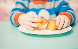 拿着苹果的男孩 免版税库存照片