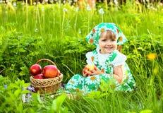 拿着苹果的篮子女孩 免版税库存图片