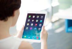 拿着苹果计算机iPad空气的妇女 免版税图库摄影
