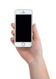 拿着苹果计算机iPhone 5S巧妙的电话的妇女手 免版税图库摄影