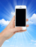 拿着苹果计算机iPhone 5S巧妙的电话的妇女手 免版税库存照片