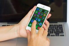 拿着苹果计算机Iphone 5s的手 图库摄影