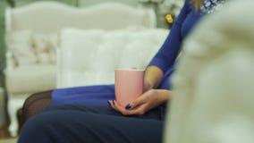 拿着茶的男人和妇女的手 股票录像