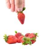 拿着草莓的手 免版税库存图片