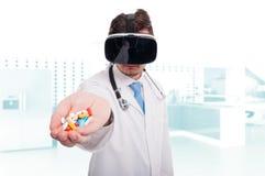 拿着药片和维生素的现代军医手中 免版税库存图片