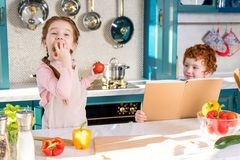拿着菜谱的小男孩,当可爱的孩子时 免版税图库摄影