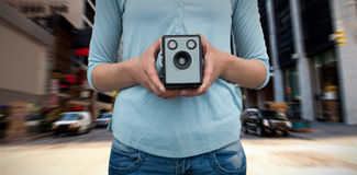 拿着葡萄酒照相机的女性摄影师的中间部分的综合图象 免版税库存照片
