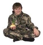 拿着葱的青少年的男孩 库存图片