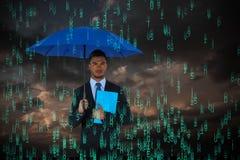 拿着蓝色伞和文件的严肃的商人画象的综合图象 免版税库存图片